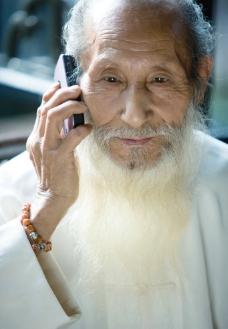 打电话的老人图片