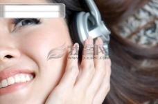 美女享受音乐