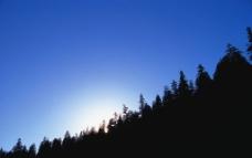 阳光下山的剪影图片