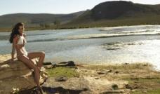 河 石头 美女图片