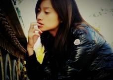 沈佳妮吃辣条图片